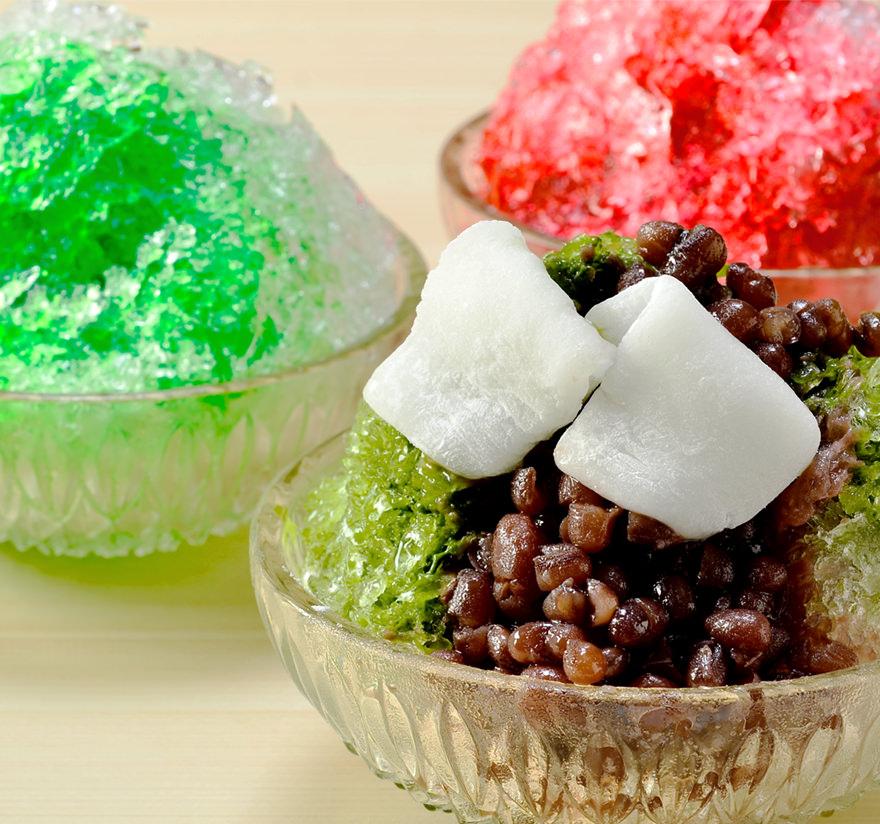 氷上で冷やされた羽二重餅のひんやり、とろり食感が美味。