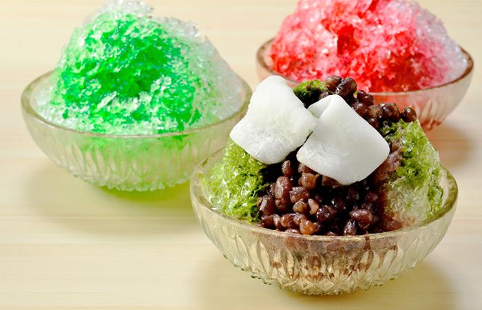 ご注文を受けてから一椀ずつカンナでけずり、ザクザク、ガリガリっとした昔懐かしい歯ごたえが人気の当店名物「手かき氷」です。